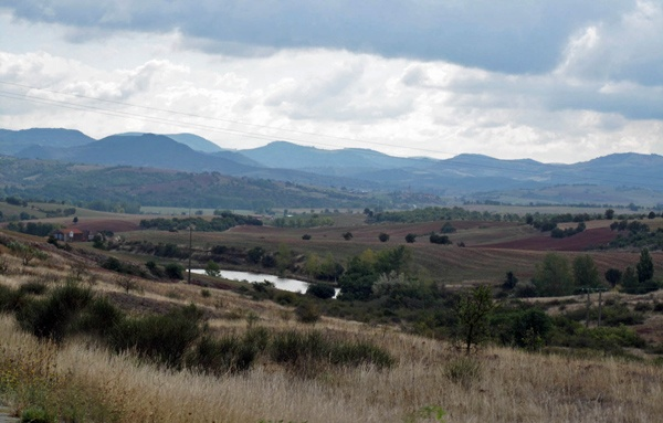 Parc Naturel des Grands Causses im französischen Département Aveyron in der Region Okzitanien mit der Bergkette der Cevennen im Hintergrund