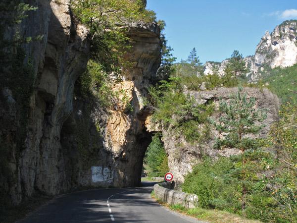 Tunneldurchbruch in den Gorges du Tarn mit gewundener Landstrasse im französischen Département Aveyron bei einer Motorradtour Südwestfrankreich Teil 2