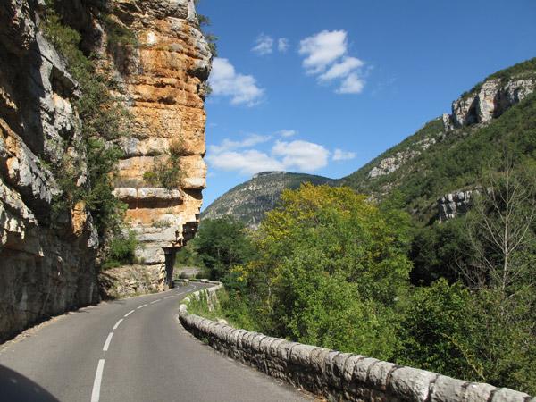 Felsvorsprung in den Gorges du Tarn mit gewundener Landstrasse im französischen Département Aveyron bei einer Motorradtour Südwestfrankreich Teil 2