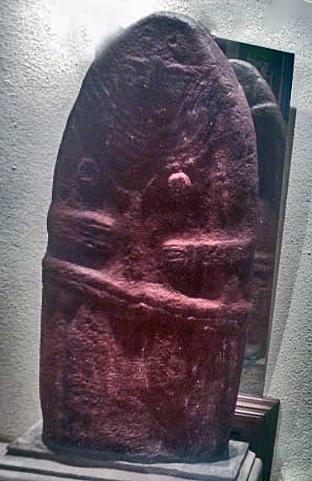 Dame de St-Sernin, einer bronzezeitlichen Spitzovalstatue aus Basalt, die etwa zeitgleich mit den Grossstatuen in Ägypten und Mesopotamien entstand