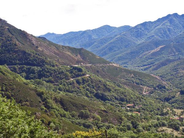 Bergstrasse durch die Ardèche im gleichnamigen französischen Département zwischen dem Lac de Noussac und Aubenas