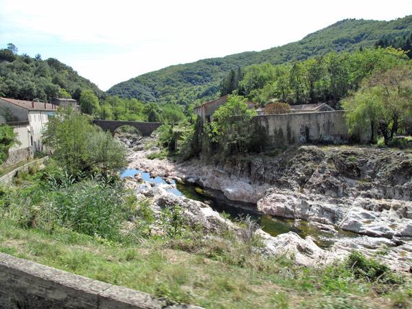 Talstrasse durch die Ardèche im gleichnamigen französischen Département zwischen dem Lac de Noussac und Aubenas