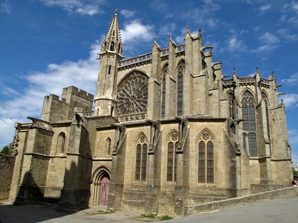 Kathedrale von Carcassonne mit gläserner Rosette über dem Haupteingang, besucht bei einer Motorradtour Südwestfrankreich Teil 2