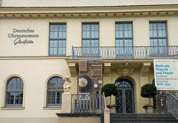 Deutsches Uhrenmuseum Glashütte im Bild mit der Ankündigung einer Sonderausstellung über die Deutsche Uhrmacherschule, besucht bei einer Motorradtour durch die Sächsische Schweiz