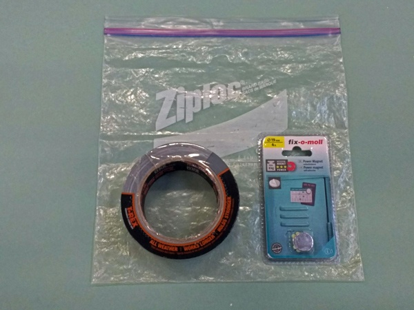 Bild von einem preiswerten Bausatz für behelfsmäßige Motorrad-Kartentasche, bestehend aus Gefrierbeutel, Magneten und Panzerband