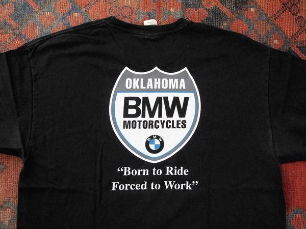 """Schwarzes T-Shirt von BMW mit der Aufschrift """"Born to Ride, Forced to Work"""""""