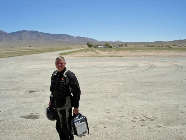 Motorradfahrer mit Tankrucksack In der Wüste bei Rachel, NV, bei einer Motorradtour durch die Rocky Mountains