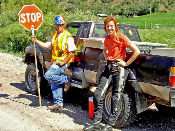 Rothaarige Motorradfahrerin an einer Baustelle an der Montpelier Canyon Road in Wyoming