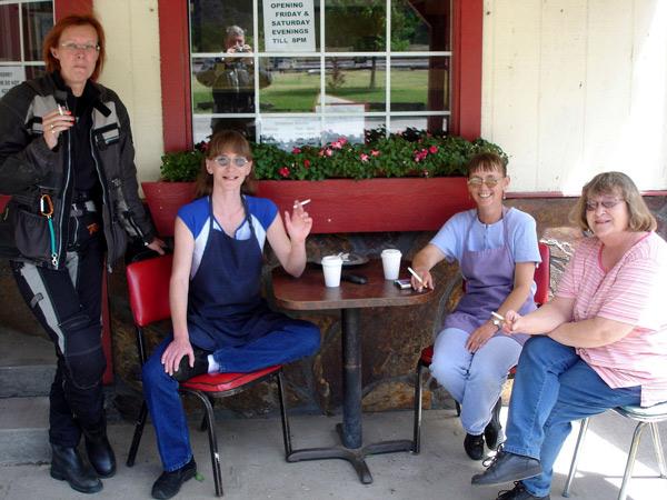 Vier Frauen bei einer Rauch- und Kaffeepause am Paradise Post im Clark Fork Valley, Montana