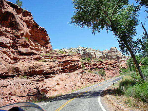 Kurvenstrecke Utah State Route12 mit roten Sandsteinfelsen und Kurven