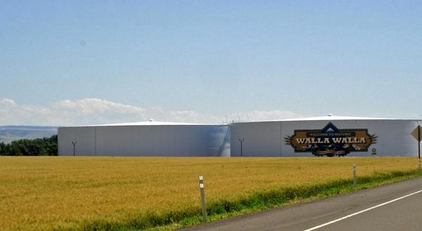 Zwei grosse weisse Tanks als Wahrzeichen von Walla Walla, WA