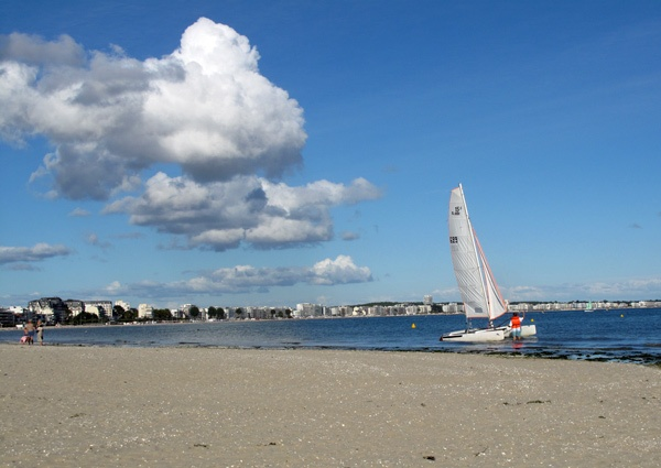 Strand von La Baule-Escoublac am Atlantik in Frankreich mit einem Segelboot