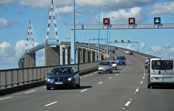Brücke über die Loire-Mündung bei St-Nazaire mit Fahrzeugverkehr