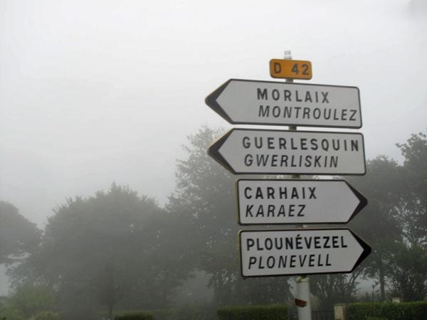 4 bretonische Strassenschilder im Nebel an der D 42