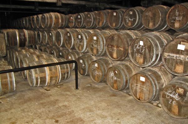 Fasslager der Cognacfässer im Keller der Destillerie Hennessy in Cognac