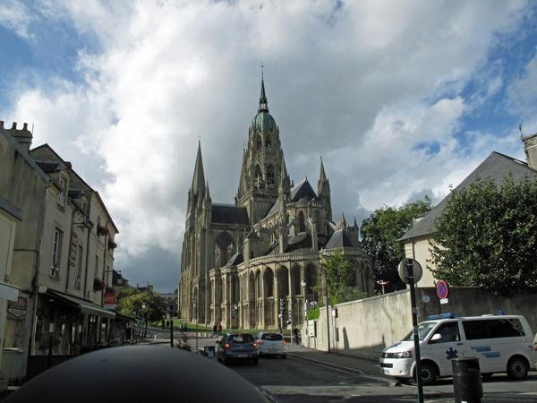 Kathedrale von Bayeux, aufgenommen vom Motorrad aus mit einem Motorradhelm im Vordergrund