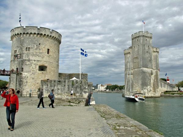 Hafeneinfahrt von La Rochelle mit einer Motorradfahrerin in roter Jacke