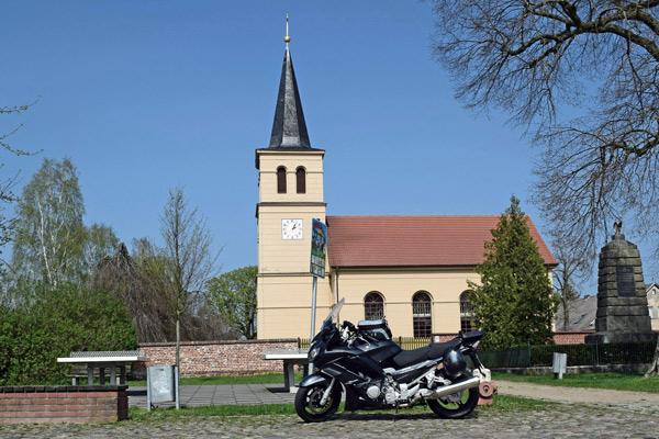 Dorfkirche Perwenitz in Brandenburg nach einem Entwurf von Karl Friedrich Schinkel, besucht bei einer Motorrad-Pilgertour nach Wilsnack