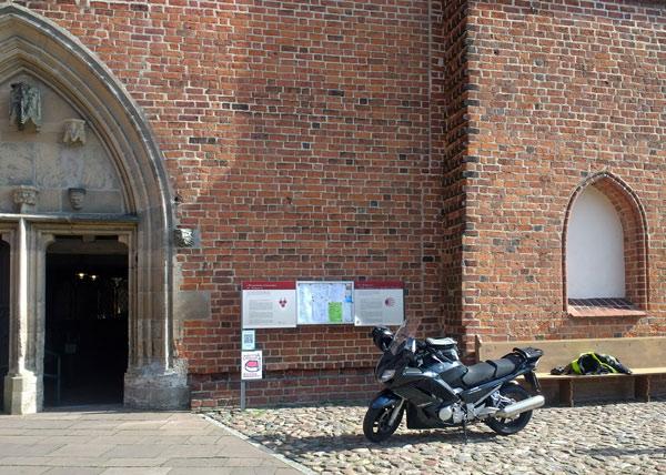 Nikolauskirche in Wilsnack mit Motorrad Yamaha FJR 1300