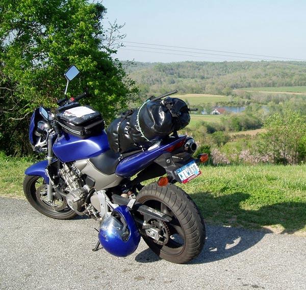 Auf dem Natchez Trace Parkway in Mississippiues Motorrad Honda Hornet auf dem Natchez Trace Parkway in Mississippi