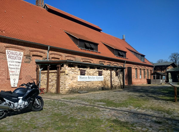 Glasmachermuseum in Glashütte bei Baruth (Mark) mit einem Motorrad Yamaha FJR 1300