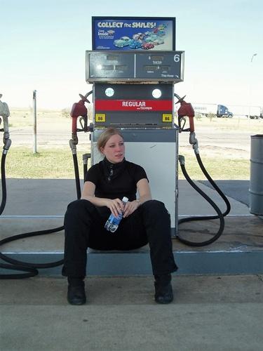 Müde Motorradfahrerin an Tankstelle in Texas bei einer USA-Motorradtour vom Pazifik zum Atlantik