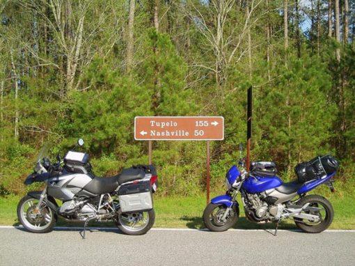 Zwei blaue Motorräder BMW R 1200 GS und Honda Hornet auf dem Natchez Trace Parkway nach Nashville