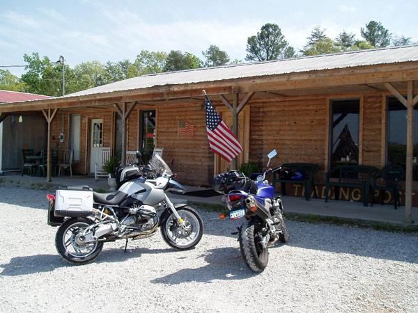 Zwei blaue Motorräder BMW R 1200 GS und Honda Hornet an einem Trading Post im Bible Belt auf einer USA-Motorradtour vom Pazifik zum Atlantik
