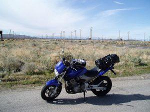 Blaues Motorrad Honda Hornet bei einer Trinkpause in der Mojave-Wüste