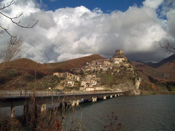 Castel di Tora am Lago del Turano, gesehen bei einer Motorrad-Traumtour in den Abruzzen