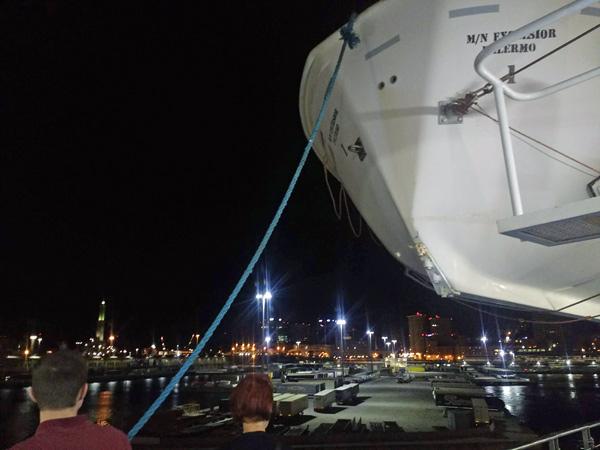 Fähre M/N Excelsior im Hafen von Genua bei Nacht mit Rettungsboot bei einer Motorradtour mit Autoreisezug und Fähre
