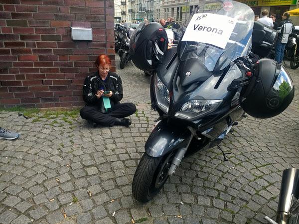 Motorradverladung in Hamburg mit einer rotharigen Motorradfahrerin bei einer Motorradtour mit Autoreisezug und Fähre