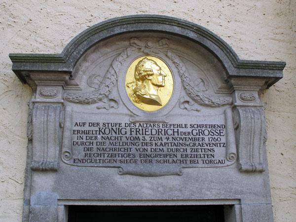 Gedenktafel für Friedrich d. Gr an der Dorfkirche von Elsnig (Sachsen-Anhalt)
