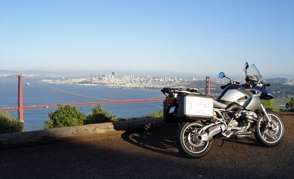Brücke, auf Motorradtouren: BMW R 1200 GS vor der Golden Gate Bridge auf dem Weg zur Arbeit