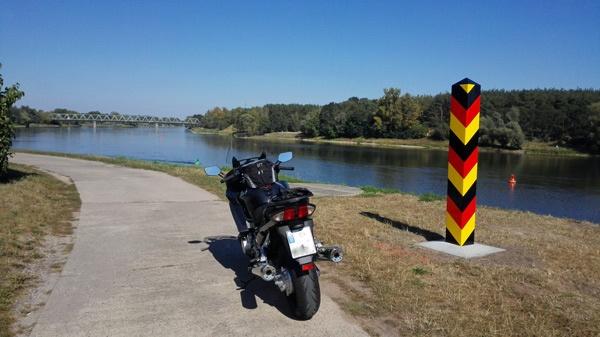 Motorrad auf Oderdeich bei Hohensaaten bei einer Motorradtour durch das Oderbruch