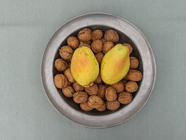 Birnen und Walnüsse in einer Zinnschüssel als Grundlage für Walnuss-Birnen-Muffins