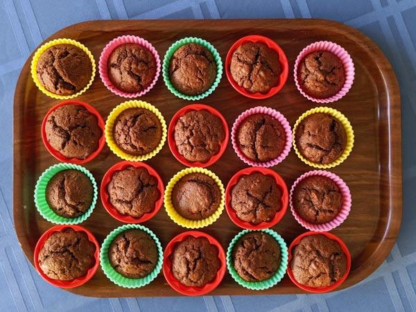 Walnuss-Birnen-Muffins in bunten Förmchen nach eigenem Rezept