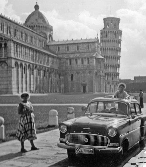 Opel Rekord mit Frau und Jungen vor dem schiefen Turm von Pisa 1957