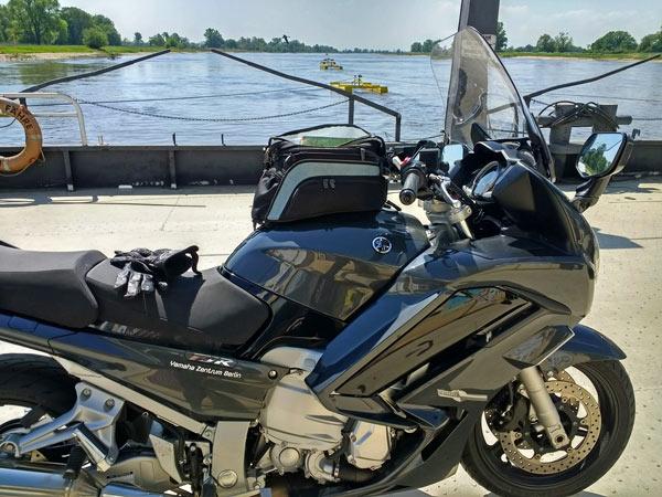 Gierseilfähre über die Elbe bei Werben mit einem Motorrad Yamaha FJR 1300
