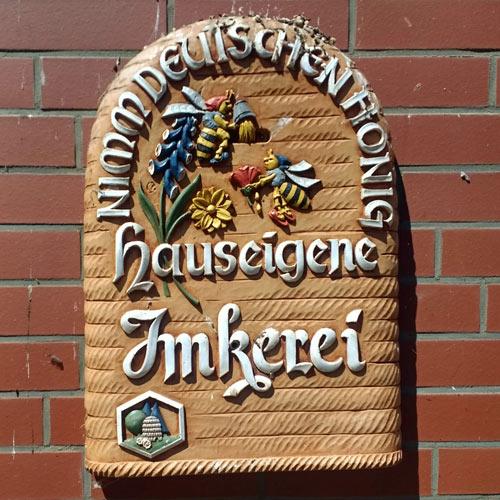 Schild einer Imkerei an der Elbe