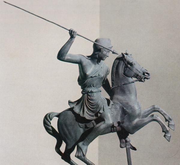 statuette einer amazone zu pferd als symbol für frauen auf dem motorrad