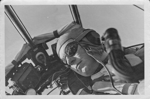 Wie vermeide ich Bussgeld bei Blitzern: Pilot am Steuerknüppel einer Ju 88