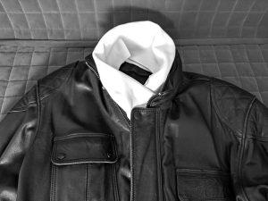motorradbekleidung bei kaelte schwarze lederjacke mit weissem schal
