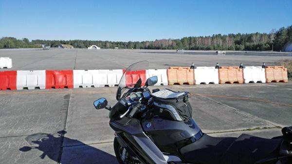 lost places in brandenburg: flugplatz templin gross doelln mit motorrad vor absperrung