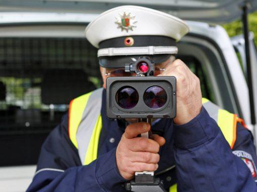 polizeibeamter mit radarmessgeraet
