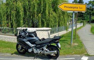 Motorrad vor einem Wegweiser nach Philadelphia in Brandenburg