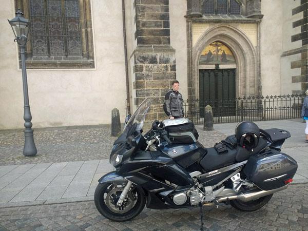 Tourentipps für den Motorradurlaub 2021: Bundesstrasse 2 mit Motorrad vor der Schlosskirche in Wittenberg