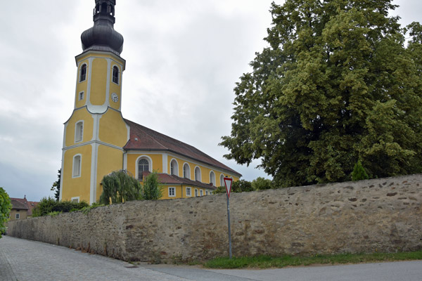 dorfkirche und blutgasse in hochkirch sachsen bei einer erlebnistour durch die oberlausitz