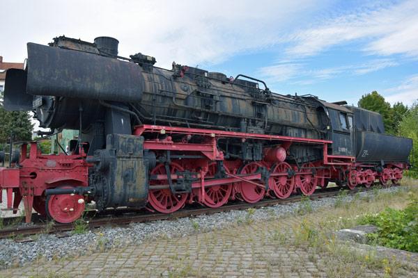schwere gueterzug dampflokomotive der baureihe 52 in bautzen bei einer erlebnistour durch die oberlausitz