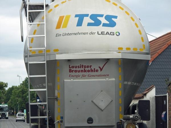 lastkraftwagen mit der aufschrift lausitzer braunkohle